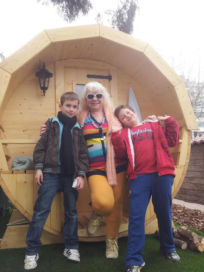 La Sra. Suliko de Georgia, haciéndose fotos en la que será su nueva sauna dentro de 5 semanas !