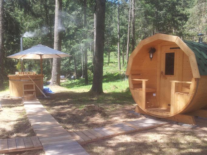 pasarelas en madera reciclada entre sauna, hot tub y ducha