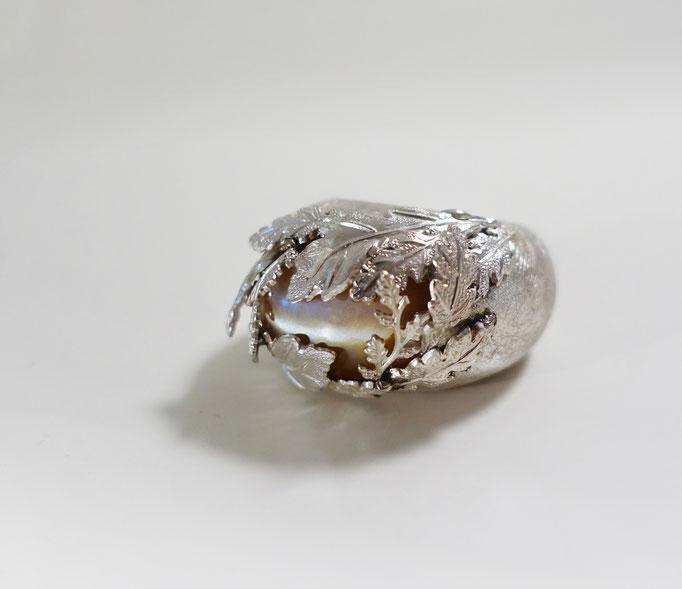 Damenring Silber 925 mit einem lachsfarbenen Mondstein gefasst von Eichenblättern