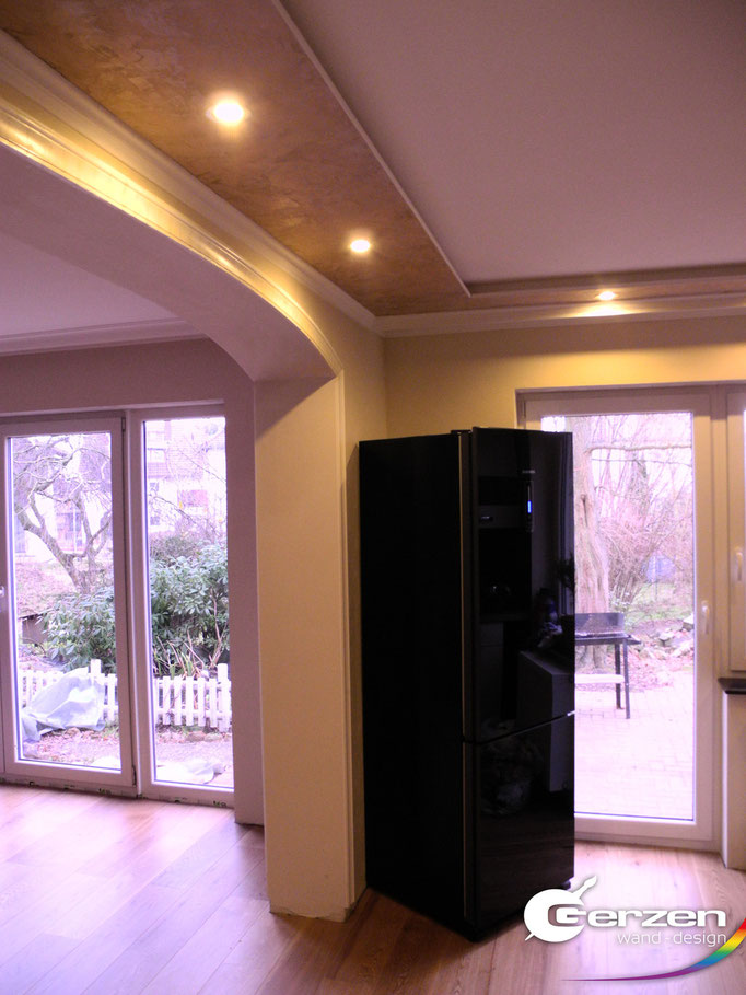 Abgehängte Küchendecke in Creme-Beige-Gold -Tönen und integrierter Beleuchtung von Gerzen wand-design