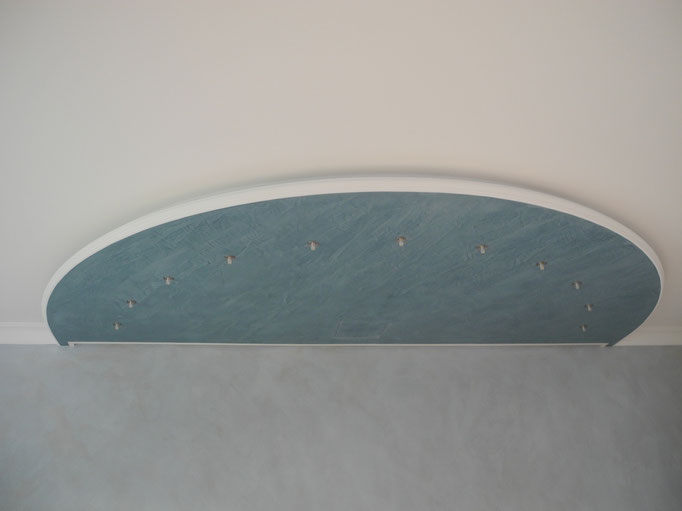 """Deckenmodul """"Halbmond"""" mit Spachteltechnik in Meeresblau von GERZEN wand-design"""