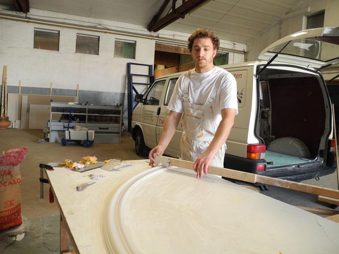 Malermeister David GERZEN bei der Arbeit - ausfendige Herstellung von Stuckleisten