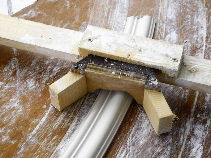 Herstellung von eigenkreierten, kreisformigen Stuckleisten für die Decke von GERZEN wand-design