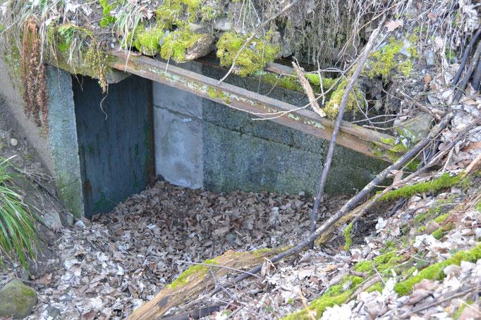 Zugemauerter Eingang zum Sprengstoffbunker