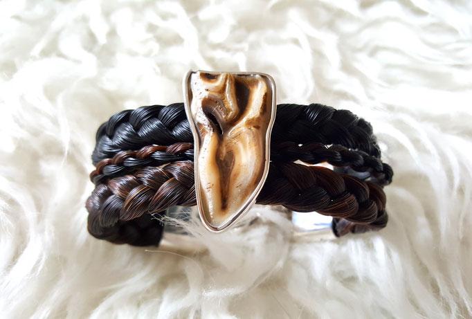 Breites Armband aus Pferdehaar mit eingearbeitetem Pferdezahn in Silberfassung je nach Größe ca. 230€