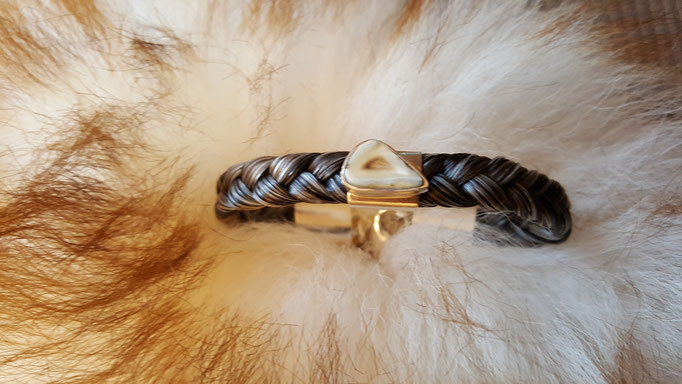 Einreihiges Armband aus Pferdehaar mit kleinem eingearbeiteten Pferdezahn. Preis je nach Größe ca. 149€