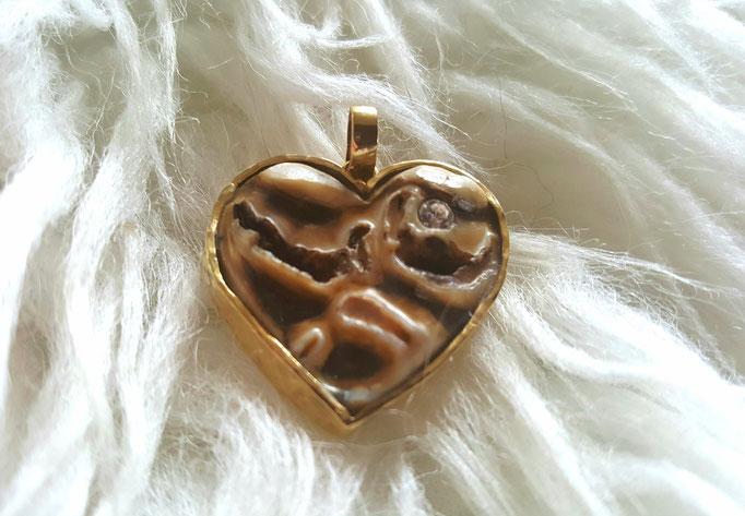 Kaufläche eines Pferdezahns als Herz gearbeitet und als Anhänger in Silber gefasst. Preis je nach Größe ab ca. 80€