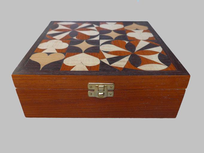 Boite de jeux Les 4 as & motifs géométriques   - marqueterie - Atelier Eclats de Bois - 38 isère