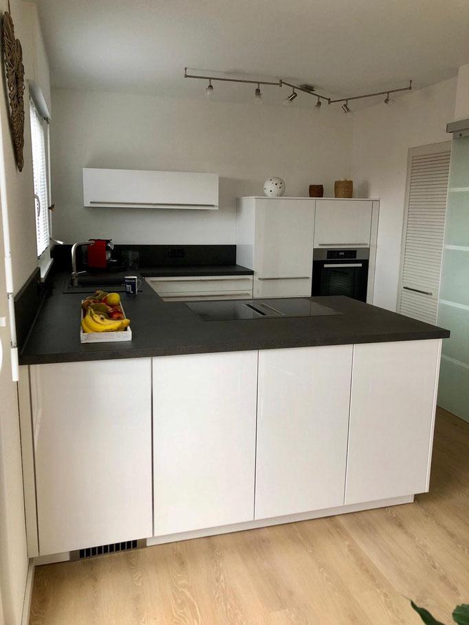 Hochglanz-Weiß Küche mit Highboard Schränken