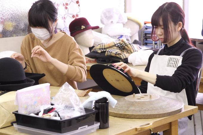 帽子専門教室サロン・ド・シャポー「授業風景(造花:昼間部)」