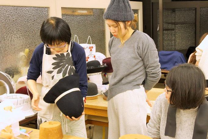 帽子専門教室サロン・ド・シャポー「授業風景(夜間部)」