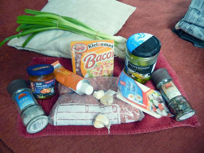 1kg Hackfleisch, Feta, Speckwürfel, Frühlingszwiebeln, Knoblauch, Pfefferonen, Senf, Currypaste, Salz, Pfeffer