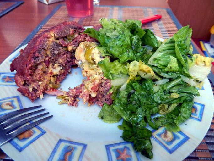 es gibt noch einen tollen frischen Salat dazu den Britta gemacht hat