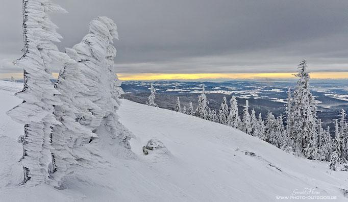 Am frühen Morgen war noch dichter Nebel am Gipfel, aber langsam wird der Blick frei.