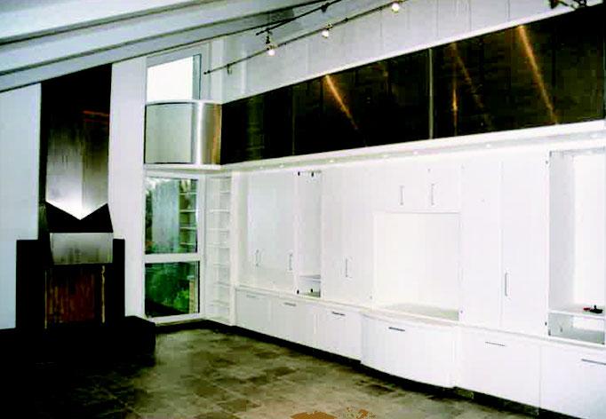 Raumteiler mit Schränken und Galerie