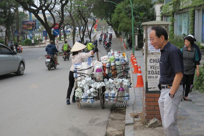 たくましい! 自転車で自分の座席まで物を置いて自転車を押してます。
