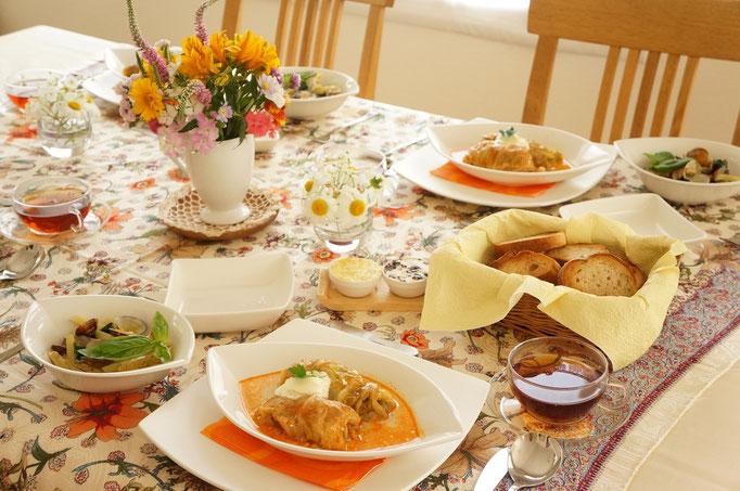 お肉がほっとりと柔らかなロールキャベツの回のテーブル