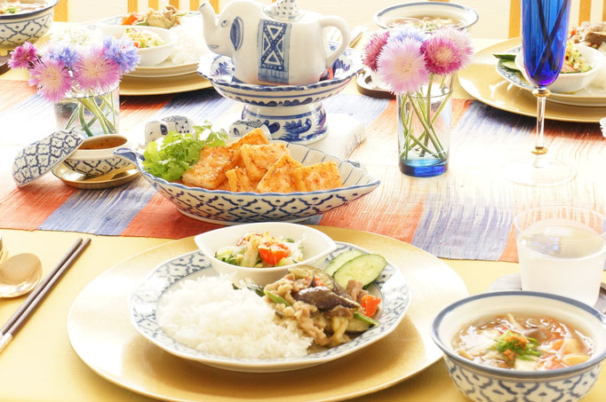 タイ料理の回のテーブル。タイで買い付けた食器を使って。