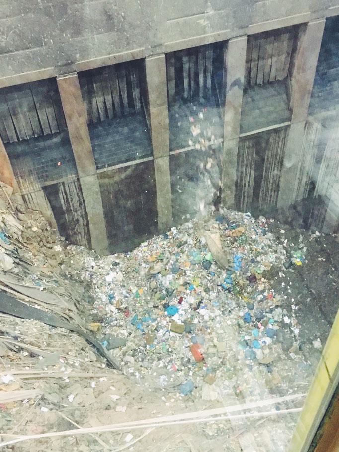 (Foto: Zero Waste Plant Power) Entleerung in die Müllhalle