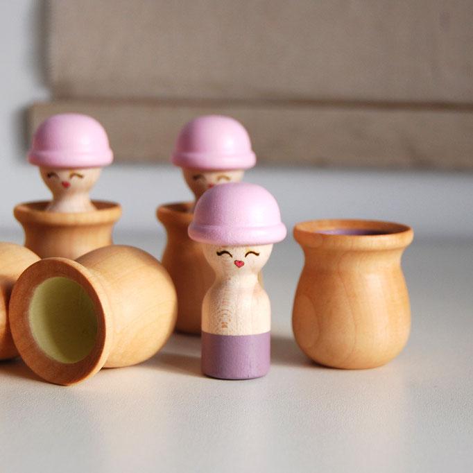 personnage en bois montessori pour découvrir les couleur, jeu de mémoire et de loto afin d'assortir les couleurs, les ladies chapeau melon rose charleston et petite bouche glamour love