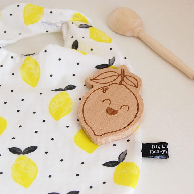 bavoir avec un noeud coulissant avec des citron lemon dessiné, assortis avec un personnage en bois à macher léon le citron, gravure laser, création made in France
