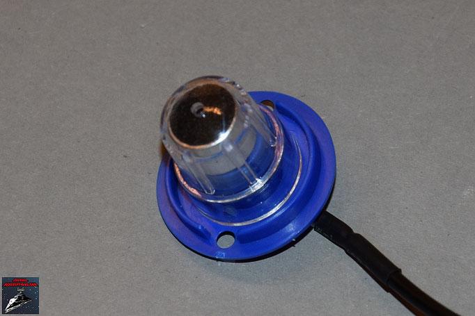 Build your own R2-D2 Heft 18 Das Mikrofon wird in die Mikrofon-Grundplatte gesteckt und mit der Projektor-Linse fixiert