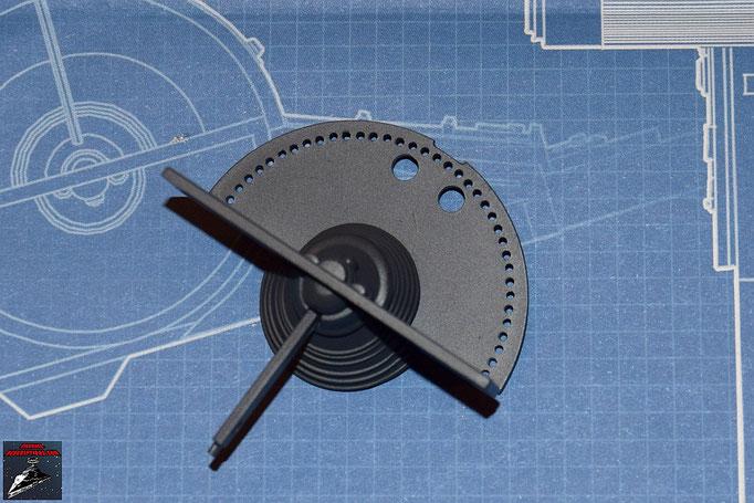 DeAgostini Bau deinen X-Wing Ausgabe 10 Die beiden Hälften des Gyroskops werden von beiden Seiten in die horizontale Schaufel gesteckt und der Kühlflpgel an der untere Hälfte des Gyroskops befestigt