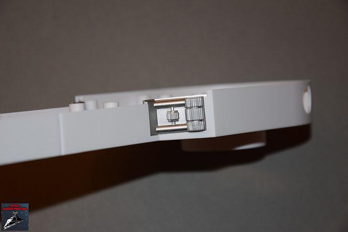 Build your own R2-D2 Heft 19 Die beiden Details werden in die Halterungen des linken Beins geschoben