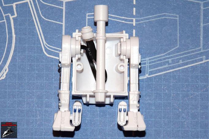 DeAgostini Bau deinen X-Wing Ausgabe 4 R2-D2: Die beiden Beine, die Spindel und die LED werden in die Öffnungen der Rückenplatte gelegt