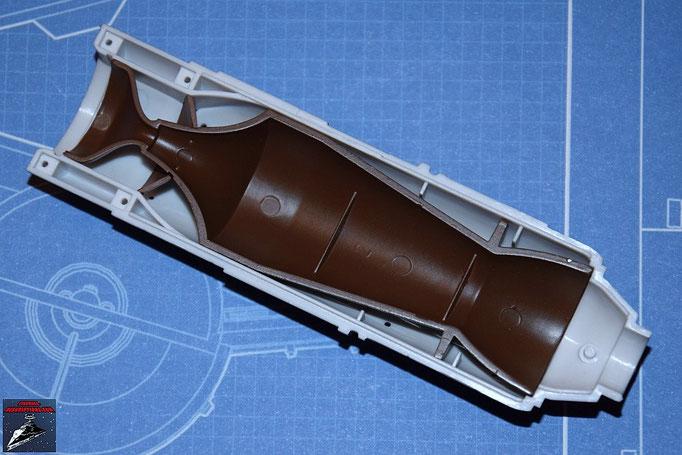DeAgostini Bau deinen X-Wing Ausgabe 11 Die Befestigung der Fusionskammer wird an der oberen Hälfte der Fusionskammer befestigt und diese in die obere Hälfte des Fusionstriebwerkgehäuses gesteckt