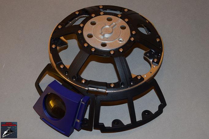 Build your own R2-D2 Heft 11 Das Rahmenteil wird an die Kuppelplatte geschraubt. Die Kameralinse kann schon eingesetzt werden.