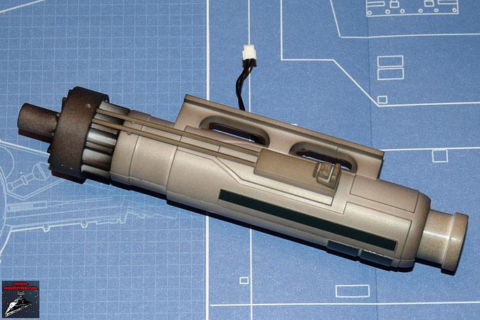 DeAgostini Bau deinen X-Wing Ausgabe 3 Die beiden Gehäusehälften werden zusammengedrückt, die Details befestigt und die beiden Enden aufgeschoben