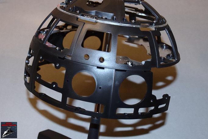 Build your own R2-D2 Heft 18 Die beiden Rahmenteile werden an die Kuppelplatte geschraubt