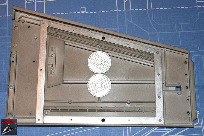 DeAgostini Bau deinen X-Wing Ausgabe 8 Der Flügelrahmen wird an die Innenseite des rechten Steuerbordflügels geschraubt. Die Kabel und Rohre werden ebenfalls befestigt