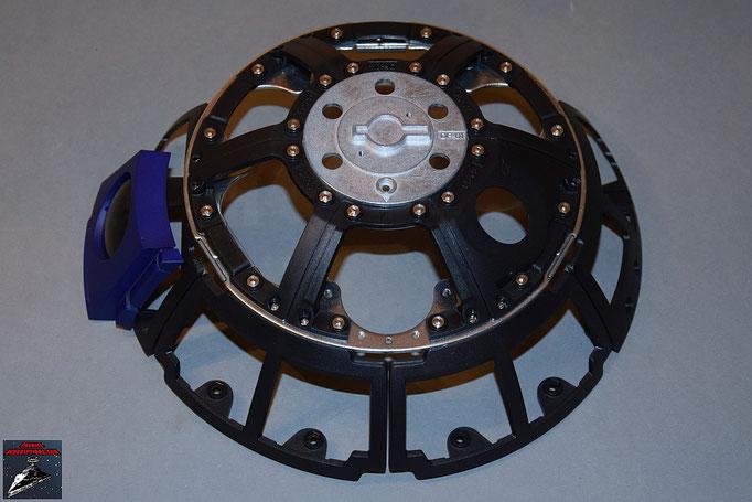 Build your own R2-D2 Heft 13 Die Rahmenteile werden an die Kuppelplatte geschraubt