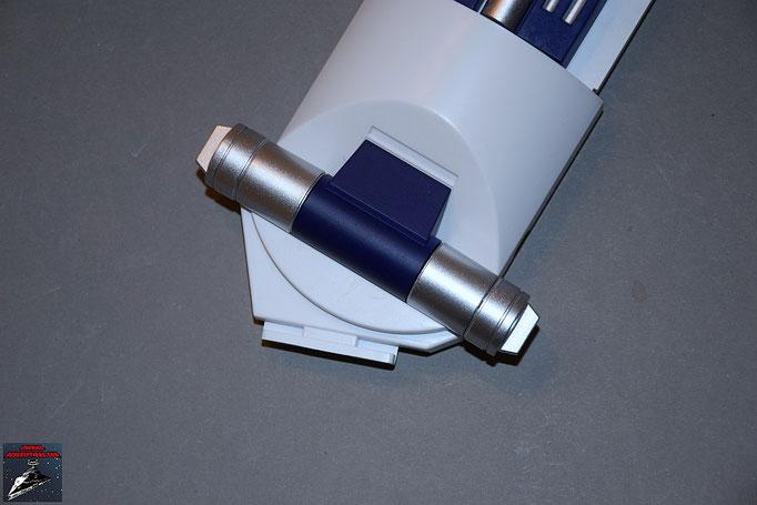 Build your own R2-D2 Heft 8 Die beiden Anbaudetails aus Heft 7 werden auf das Detail dieser Ausgabe gesteckt. Anschließend wird das gesamte Element unten an das rechte Bein geschraubt