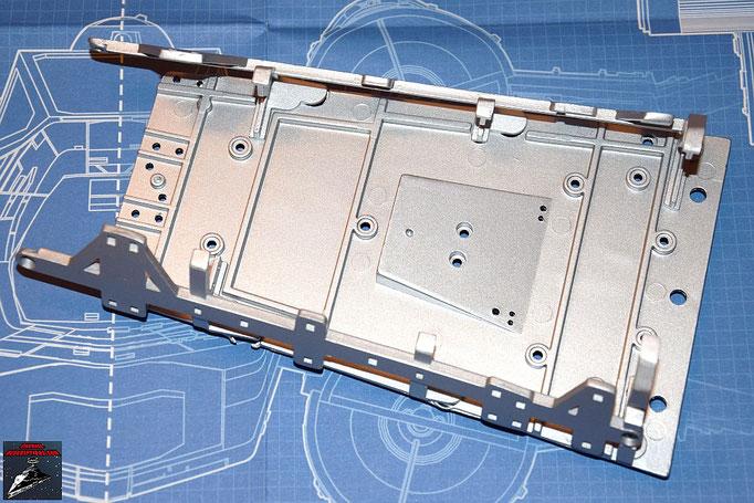 DeAgostini Bau deinen X-Wing Ausgabe 4 Die Seitenrahmen des Cockpits werden an die Rahmenteile aus Ausgabe 3 geschraubt