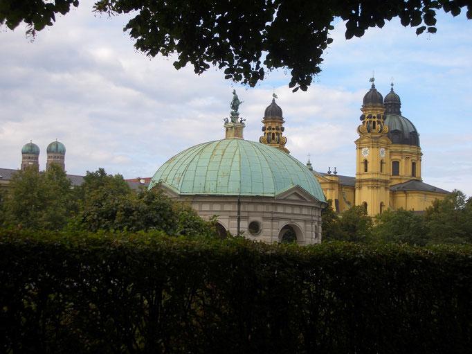 Hofgarten mit Theatinerkirche