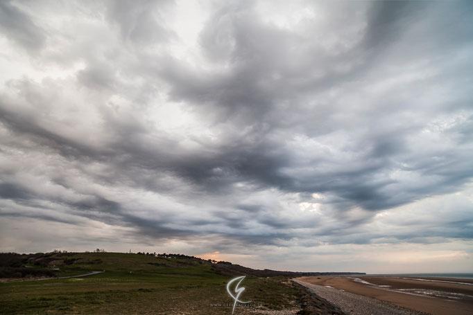 Nuages turbulents, typique d'une ambiance orageuse.