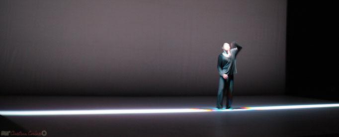 En élargissant le champ de représentation de la danse, Hiroaki Umeda interroge le rôle de la perception visuelle.