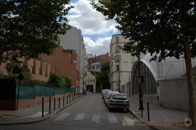 """Rue François Pinton, au fond  """"Alice et Lapin Blanc"""", Paris 19ème"""