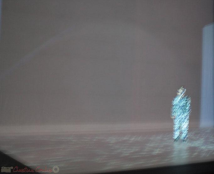 L'esthétique épurée, la gestuelle quasi urbaine à la fois fluide et saccadée, les jeux de lumière et les projections vidéo créent une fascination hypnotique dans l'œil du public.