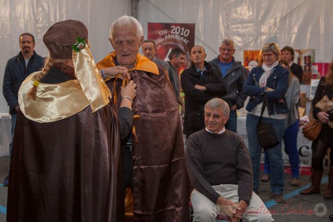 Mario Rigo reçoit la cape de la Confrérie de la Cagouille Créonnaise