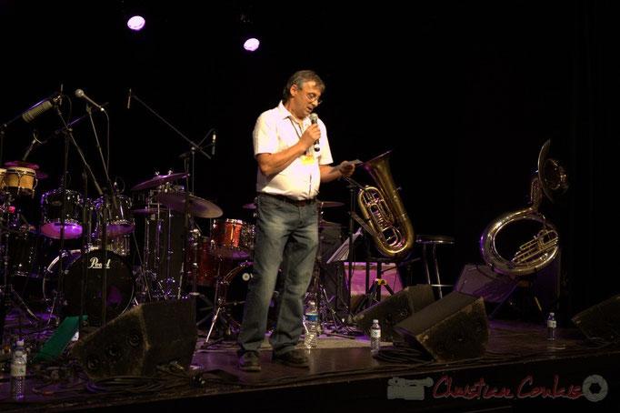 Richard Raducanu, élu en charge du Festival JAZZ360 2012 présente les deux formations de la soirée. Cénac. 09/06/2012