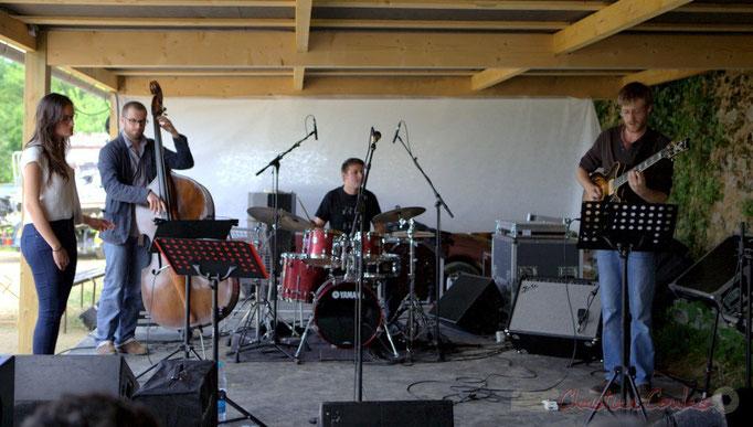 Quinsac, Festival JAZZ360 2013. Laure Sanchez écoute HCL Trio; Aurélien Gody, Hugo Raducanu, Clément Laval. 09/06/2013