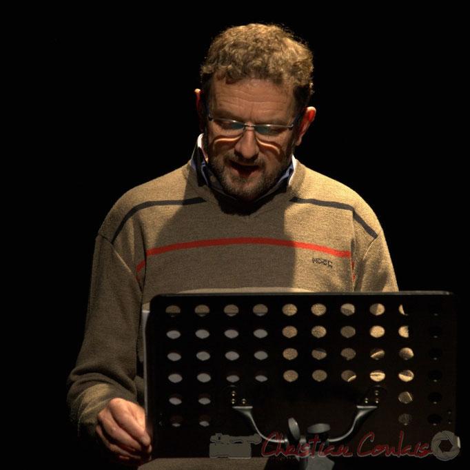 """Hubert Chaperon, metteur-en-scène et comédien, lit """"le départ"""", Cénac, Gironde"""