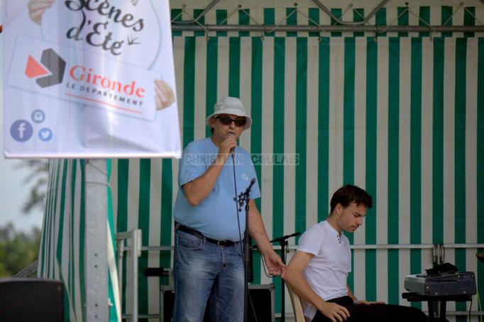 Richard Raducanu, élu en charge du Festival JAZZ360 2014, présente le Thomas Mayeras Trio, place du bourg, Cénac. 07/06/2014