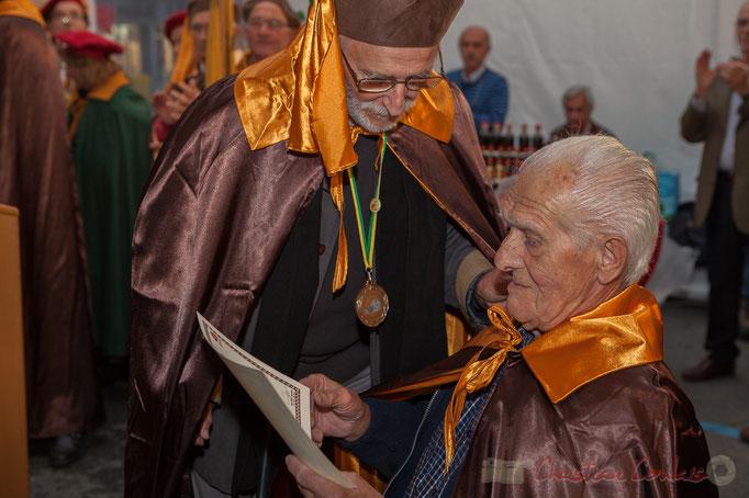 Jean-Marc Rigo remet le diplôme de la Confrérie de la Cagouille Créonnaise à Mario Rigo