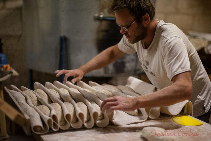 """Façonnage du pain aux lin et tournesol, Ferme du petit baron """"Videau"""" Baron; jeudi 24 septembre 2015"""
