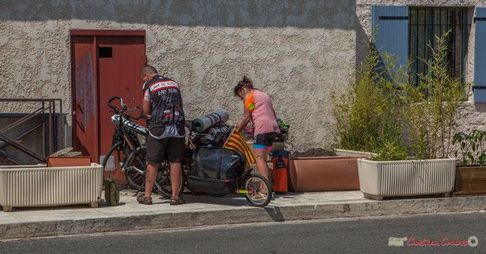 Pause pour ces deux cyclo-touristes sur la Piste cyclable Roger Lapébie. Ancienne Gare de Latresne, Festival JAZZ360, 11/06/2017